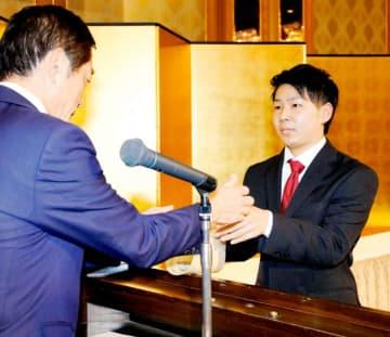 最優秀スポーツ選手賞の表彰を受ける山口優人選手(右)=27日、松山市内