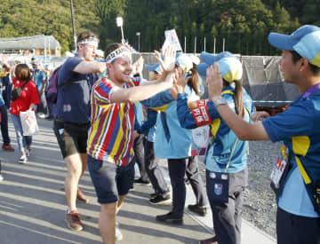 ラグビーW杯で、岩手県の釜石鵜住居復興スタジアムを訪れ、タッチを交わす海外からのファン=2019年9月