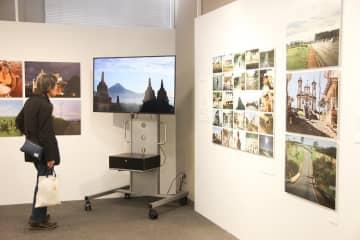 会場では過去の放送をダイジェストにした映像も放映されている=横浜市中区