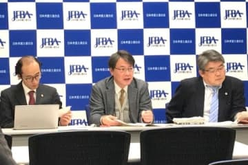 会見する松本隆行弁護士(中央)ら(2月26日、東京都内、弁護士ドットコム撮影)