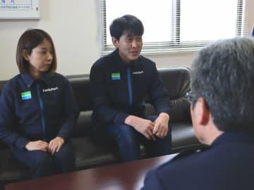 「高額購入の際には声掛けをしている」と話す岩崎哲哉さん(右)と妻の三友紀さん=亀岡市安町・亀岡署