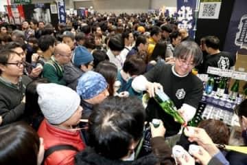 多くの来場者が詰め掛けた昨年の「にいがた酒の陣」。今年は中止となったが、日本酒ファン獲得に成果を上げている=新潟市中央区