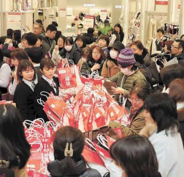 今年の仙台初売りにも福袋を目当てに大勢の買い物客が足を運んだ=1月2日、仙台市青葉区の藤崎