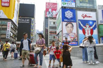 外国人観光客に人気の大阪・ミナミの繁華街「道頓堀」=2019年8月