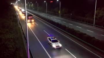 交通警察、職場復帰の出稼ぎ労働者400人を護送 江西省