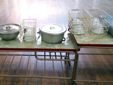 文科省の調査によると、学校給食の実施校は全3万92校