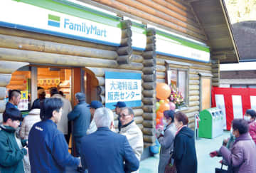 オープンした店舗に入店する地域住民たち=28日午前8時半ごろ、秩父市大滝のファミリーマート道の駅大滝温泉店