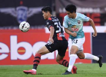 Bangkok United's Pokklaw A-Nan (left) in action against Chiang Rai United's Chotipat Poomkeaw last night.