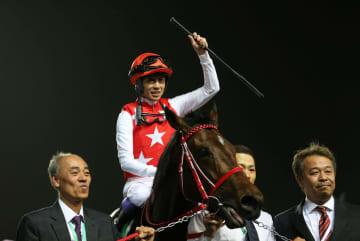 優勝したフルフラットと騎乗した武豊騎手=2月29日、リヤド(ロイター=共同)