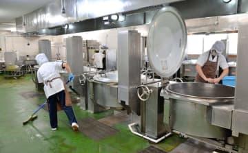 小中学校の休校で、3日から調理場が休みに入る那覇市内の給食センター。スタッフらは3日以降も出勤し、器具の清掃などに当たるという=2日午前