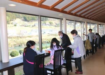 由良川や山を眺めながら食事や休憩ができるよう新設されたフードコート(京丹波町坂原・道の駅「和」)