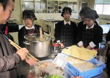 商麹ラーメンを試作する鹿本商工高生と重光産業の社員(左)=山鹿市