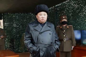 3月3日に北朝鮮の国営メディアが配信した金正恩氏の写真。「前線長距離砲兵区分隊の火力打撃訓練」の現地指導の様子で、背景の軍人はマスクをしている