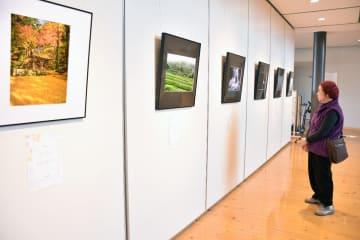 四季の移ろいを捉えた風景写真が並ぶ展覧会場=小城市のゆめぷらっと小城