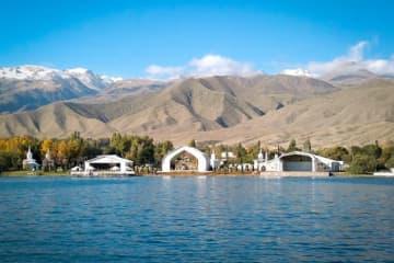 夏には湖水浴客でにぎわうリゾート地のチョルポンアタ=キルギス共和国政府観光局サイトより