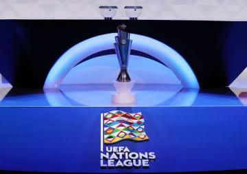 欧州ネーションズリーグの組み合わせ抽選。展示されたトロフィーと大会ロゴ=3日、アムステルダム(ロイター=共同)