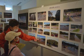 台風19号被害を捉えた写真も展示する「常陸野写真塾写真展」=那珂市菅谷