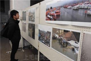 被災地の写真が並ぶ会場