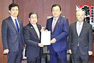 赤羽国交相に要望書を手渡す若松代表(左から2人目)ら