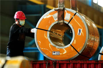 An employee of a South Korean steel company works at the company's subsidiary in Qingdao, East China's Shandong province.[Photo by Yu Fangping/For China Daily]