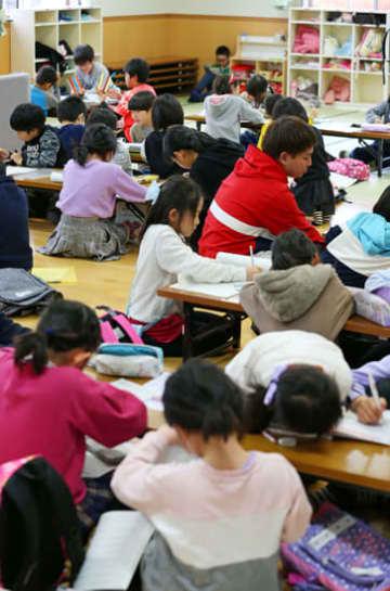午前中から多くの子どもが預けられた学童保育高城台クラブ=長崎市高城台1丁目