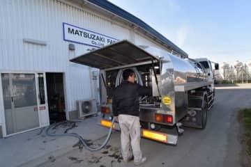生乳を集荷する運搬用のタンクローリー=3日、岡山市東区松新町の松崎牧場