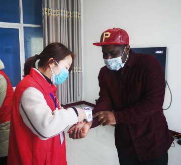 村に残り新型肺炎と闘う外国人教師 河北省沙河市