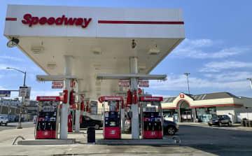 スピードウェイのガソリンスタンド併設型のコンビニ(右奥)=2月23日、ニューヨーク(共同)