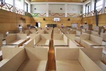 2014年の広島土砂災害の避難所に導入された段ボールベッド=同年8月ごろ、広島市(Jパックス提供)