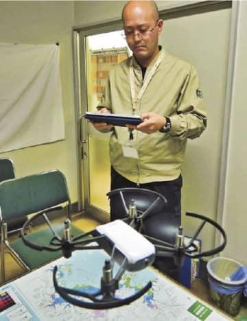 練習用の小型ドローンを操作する市職員(和歌山県田辺市役所で)