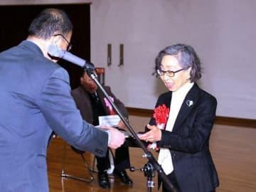 短編小説賞に選ばれ表彰される川端さん(右)
