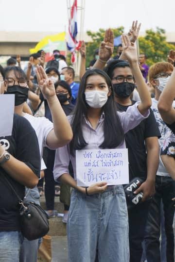 タイ・バンコクのカセサート大で抗議集会に参加する学生ら=2月29日(共同)