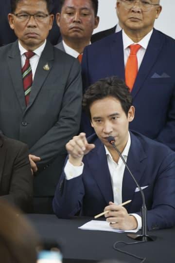 タイ・バンコクで記者会見する「前進党」のピタ議員=8日(共同)