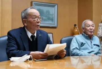 記者会見に応じる太田市の清水聖義市長(左)と渋沢啓史教育長=7日午後8時55分ごろ