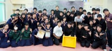 1年間、給食完食を達成した高江洲中学校3年1組の生徒たち=3日、うるま市豊原の同校