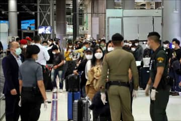Security officials are handling arriving air passengers as Thai workers are returning from South Korea, at Suvarnabhumi airport in Samut Prakan province on Sunday. (Photo: Sutthiwit Chayutworakan)
