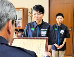 横山博章署長から感謝状を受ける金沢しのぶさん(中央)と田口裕希さん=赤穂署
