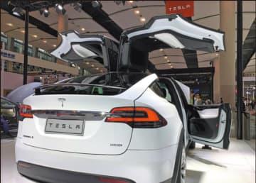 A Tesla model X is shown at the Guangzhou auto show in 2018. [Photo by Zhang Dandan/China Daily]