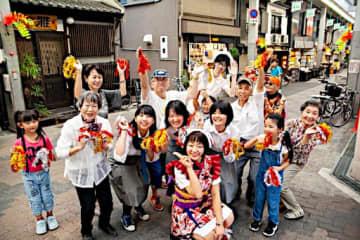 空堀商店街で撮影したプロモーションビデオの一場面。平岡さんは最前列中央