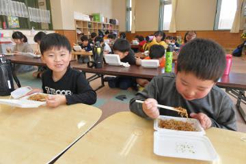 児童クラブに差し入れられた焼きそばを、頬張る児童たち=ひたちなか市富士ノ上、鹿嶋栄寿撮影