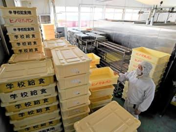 給食が休止となり、学校にパンを運搬するコンテナが積み上がったままのパン工場=9日午前10時26分、羽島市竹鼻町、日の丸製パン