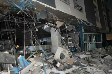 The ground floor lobby of a hotel in Samut Prakan's Bang Bo district covered with debris following an explosion on Monday night believed to have been caused by a gas leak. (Photo: Sutthiwit Chayutworakan)