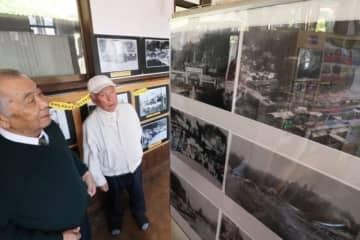 歴史を振り返る写真を見る人たち=竹田市会々のJR豊後竹田駅