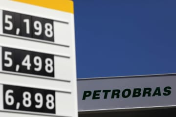 Fuel prices are displayed at a Brazilian oil company Petrobras gas station in Rio de Janeiro, Brazil, March 9, 2020. [Photo/Agencies]
