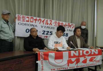 【記者会見で、労働者向けホットラインの開設を発表する神部書記長(中央)ら=三重県庁で】