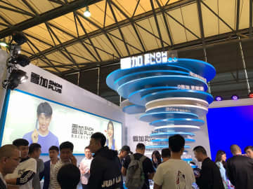 Snowplus's booth at Shanghai Vape Week in October 2019 was busy with curious visitors. (Image credit:  TechNode/Eliza Gkritsi)