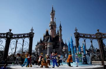 Disney characters attend the 25th anniversary of Disneyland Paris at the park in Marne-la-Vallee, near Paris, France, March 25, 2017 (photo credit: REUTERS)