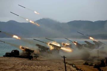13日付の北朝鮮の労働新聞に掲載された砲撃対抗競技の写真(コリアメディア提供・共同)