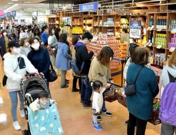 西口エリアのリニューアルオープンで、大勢の買い物客が集まる「カルディコーヒーファーム」=3月12日、福井県福井市大和田2丁目のエルパ