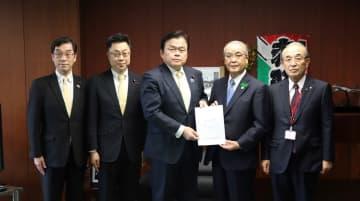 赤羽国交相(中央)に長崎港の2バース化を要望する中村知事ら=東京、国土交通省